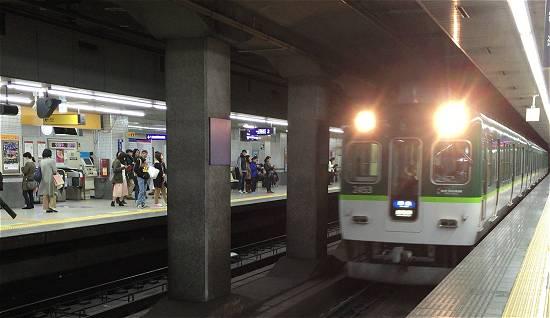 京阪電車七条駅 特急電車