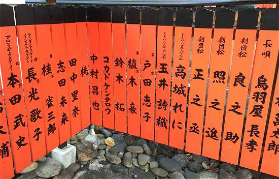 朱塗りの玉垣 ももクロ 高城れに 玉井詩織 桃 フィギアスケート